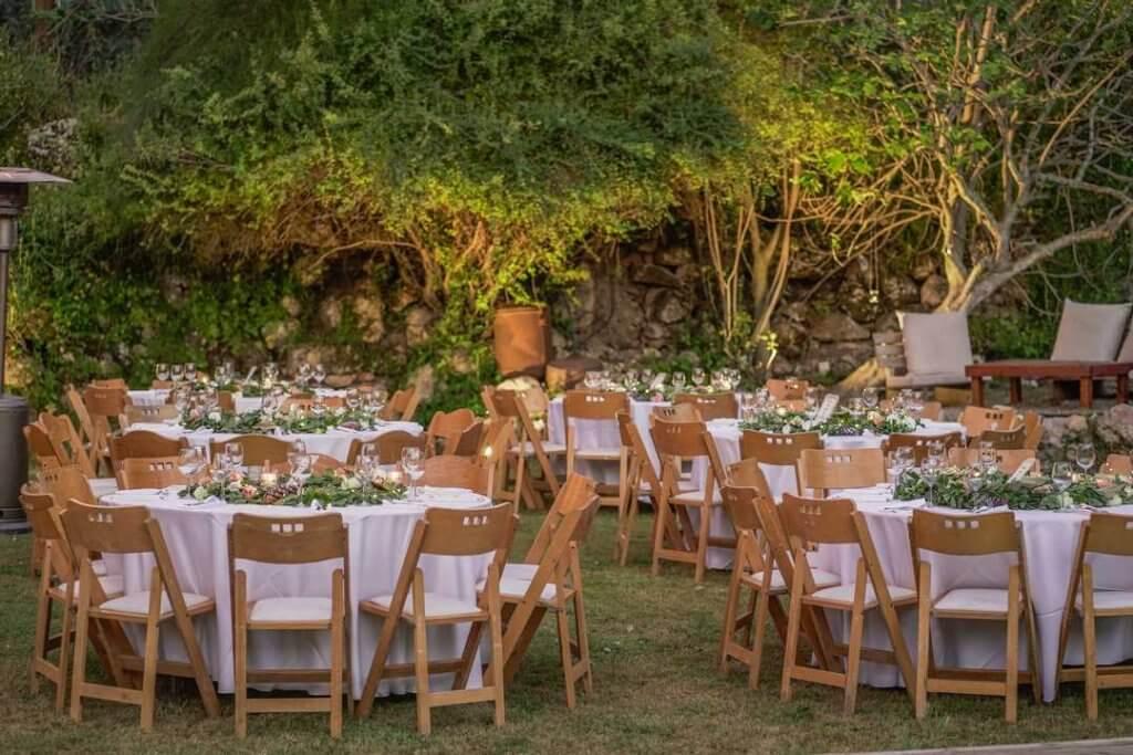 עיצוב שולחן חתונה בטבע בערב