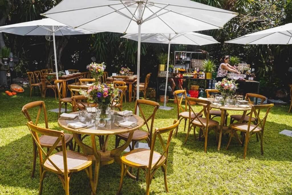 חתונה בטבע במראה של חצר הבית